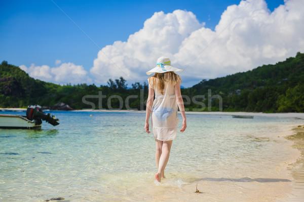 Magányos lány sétál tengerpart hátulnézet fehér ruha Stock fotó © O_Lypa