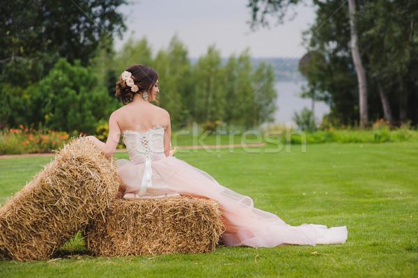 Portré gyönyörű menyasszony park virágcsokor kint Stock fotó © O_Lypa