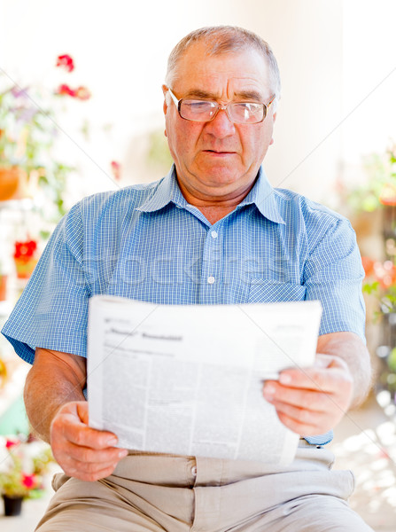 Idoso atendimento domiciliar homem ler jornal feliz Foto stock © Obencem