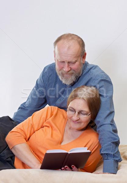 Сток-фото: счастливым · пару · кровать · чтение · книга · семьи