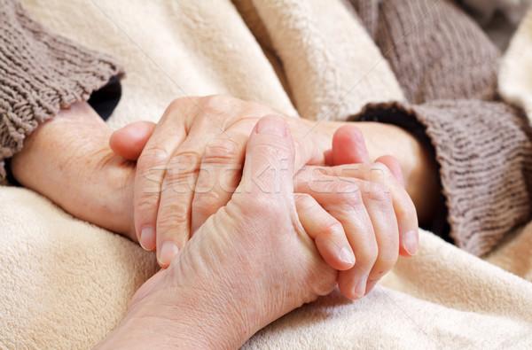 Cuidados en el hogar enfermera ancianos arrugado manos Foto stock © ocskaymark