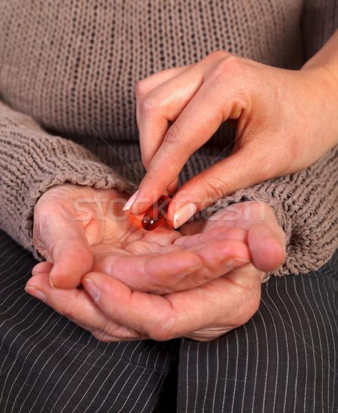 Ajudar enfermeira pílula idoso mão Foto stock © ocskaymark