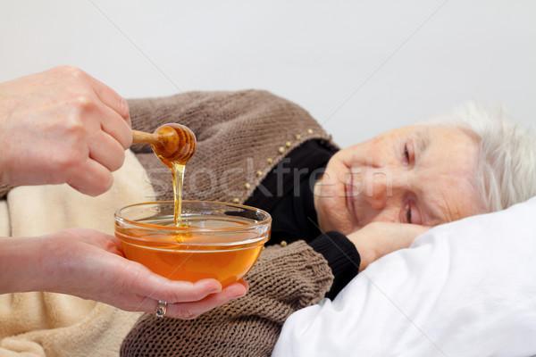 Cuidados en el hogar retrato ancianos arrugado mujer mano Foto stock © ocskaymark