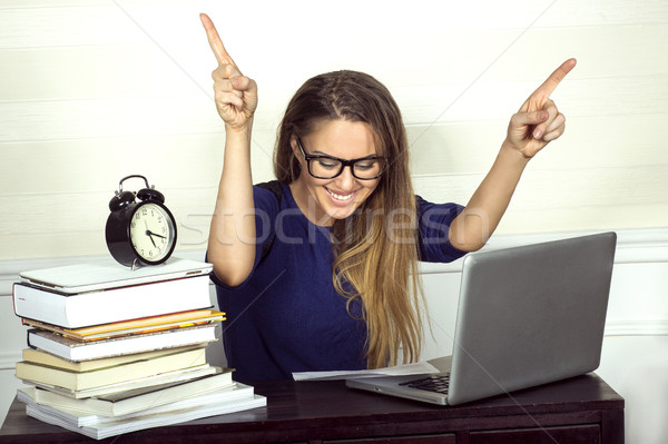 Jeunes souriant femme d'affaires séance bureau travail Photo stock © oleanderstudio