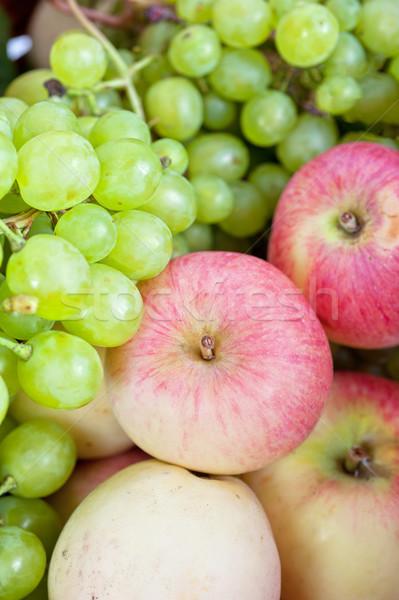 Almák szőlő kosár gyümölcs zöld szőlő Stock fotó © olira