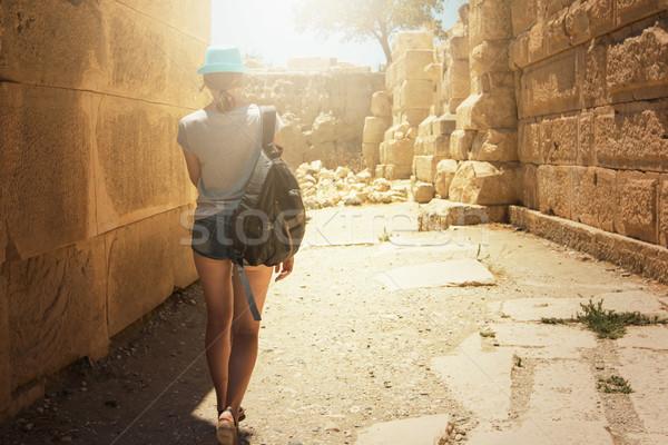 Turista mulher ruínas antigo cidade rocha Foto stock © olira