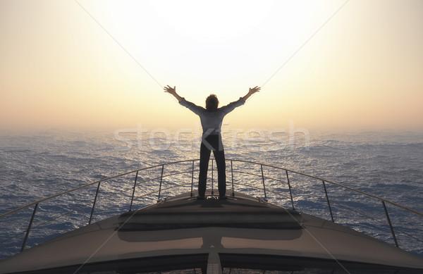 Man Open armen hemel permanente boot Stockfoto © orla