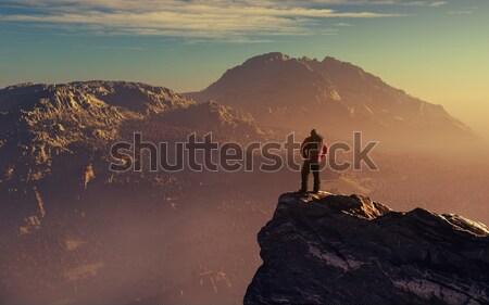 Wandelaar omhoog berg klif bewonderen landschap Stockfoto © orla