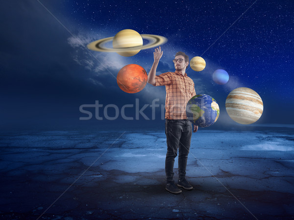 Moço meio sistema solar indicação planeta homem Foto stock © orla
