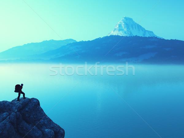 Jonge man omhoog berg bewonderen landschap winter Stockfoto © orla