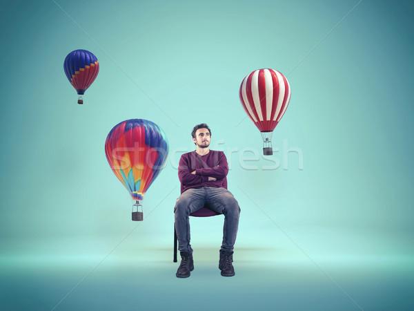 Młody człowiek patrząc kolor hot powietrza balony Zdjęcia stock © orla