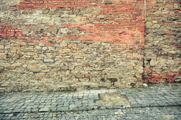 Starych czerwony murem ulicy miasta budynku Zdjęcia stock © orla