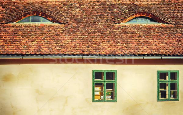 Oude huis Windows dak tegels kasteel textuur Stockfoto © orla