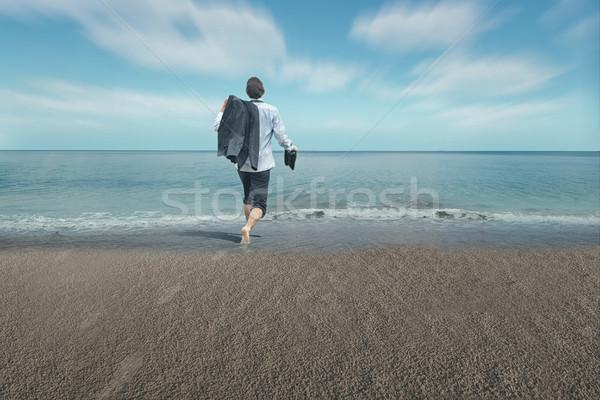 бизнесмен ног воды работает счастливым морем Сток-фото © orla