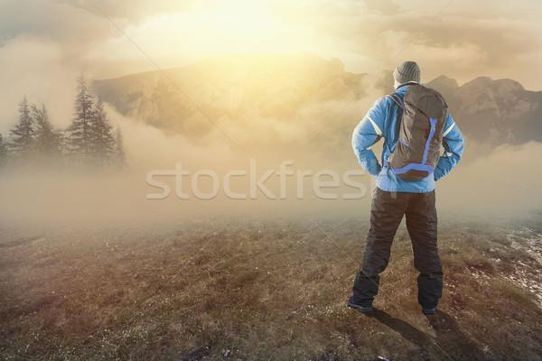 Jeunes randonneur montagnes sunrise brumeux jour Photo stock © orla