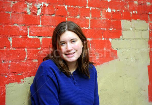 Feminino adolescente posando fora mulher parede Foto stock © oscarcwilliams