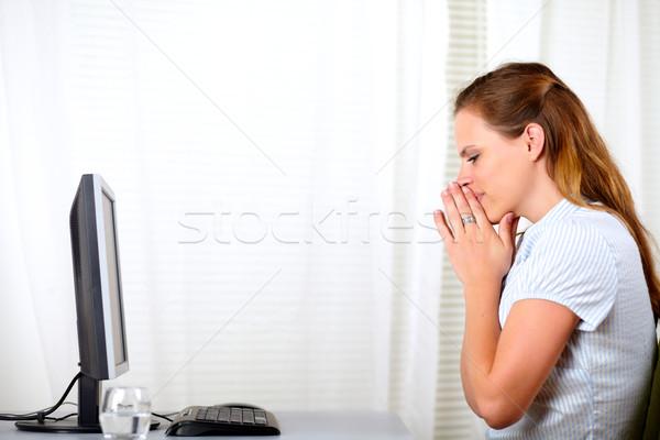 Stockfoto: Mooie · blonde · vrouw · winnaar · portret · computer · concurrentie