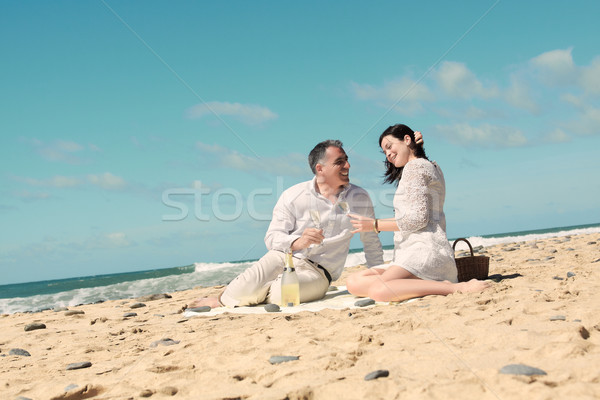 Párok tengerpart pezsgő szemüveg kéz Stock fotó © pablocalvog