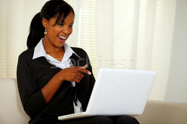 Gülümseyen kadın siyah takım elbise işaret dizüstü bilgisayar portre ekran Stok fotoğraf © pablocalvog