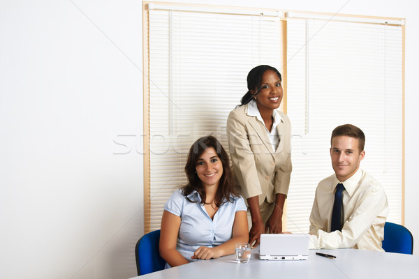 Dolgozik csoport üzletemberek fiatal multinacionális néz Stock fotó © pablocalvog