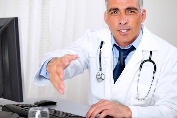 Starszy godny zaufania lekarza powitanie portret komputera Zdjęcia stock © pablocalvog
