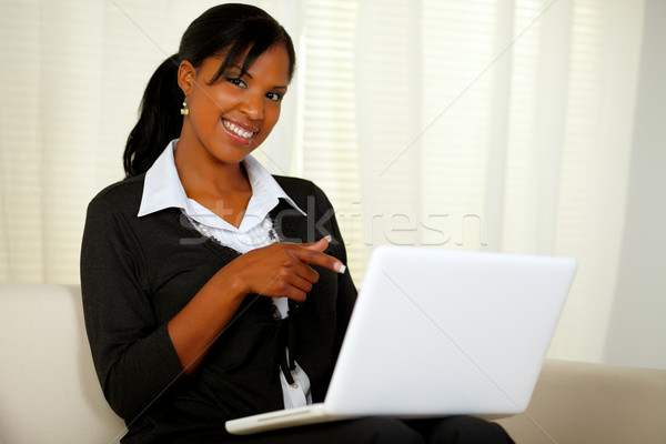 Stockfoto: Vrouw · zwart · pak · wijzend · laptop · scherm · portret