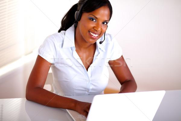 Jovem recepcionista trabalhando atendimento ao cliente topo ver Foto stock © pablocalvog