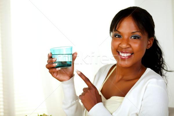 Jeunes dame pointant eau douce verre portrait Photo stock © pablocalvog