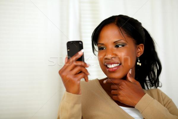 Sofisticato donna lettura messaggio telefono cellulare ritratto Foto d'archivio © pablocalvog