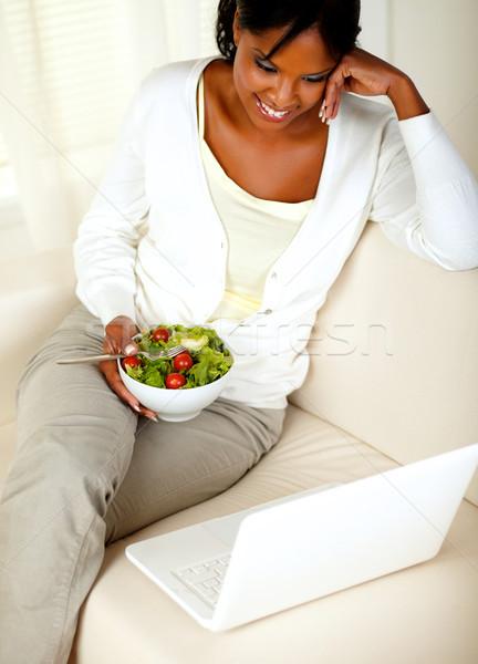 Adulto donna nera mangiare sano verde insalata top Foto d'archivio © pablocalvog