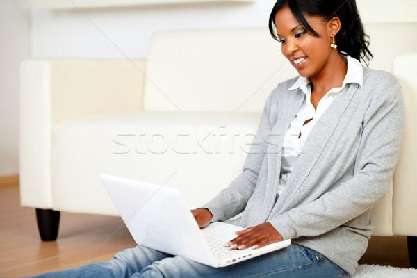 Stockfoto: Jong · meisje · glimlachend · internet · portret · home · laptop