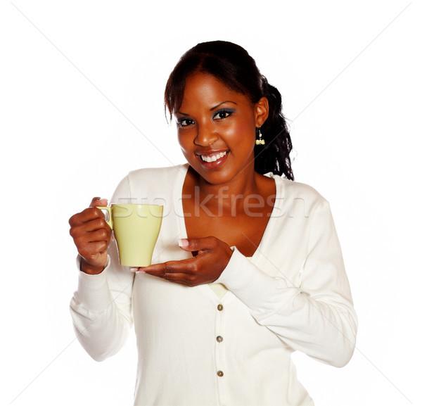 Atrakcyjny uśmiechnięty młodych kobiet kubek Zdjęcia stock © pablocalvog