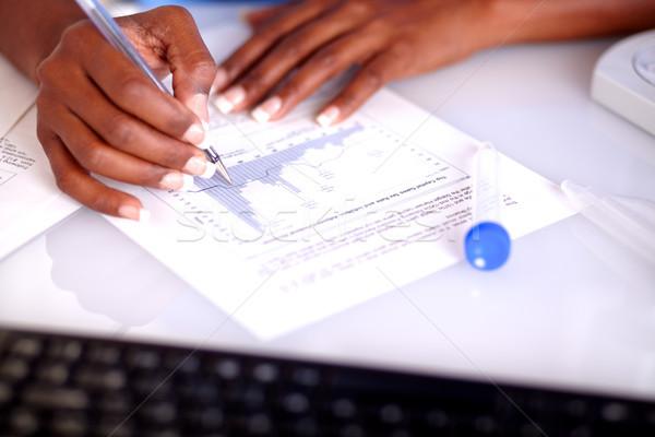 Wetenschappelijk vrouw studeren medische documenten laboratorium Stockfoto © pablocalvog