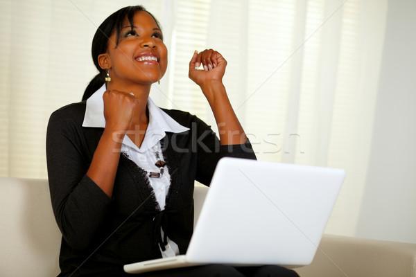Mutlu genç kadın çalışma dizüstü bilgisayar portre Stok fotoğraf © pablocalvog