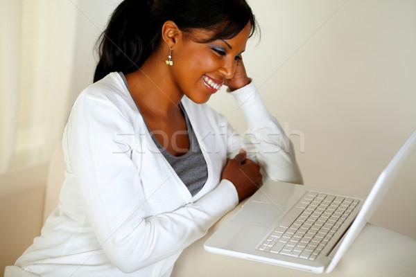 Souriant jeune femme lecture portable écran portrait Photo stock © pablocalvog