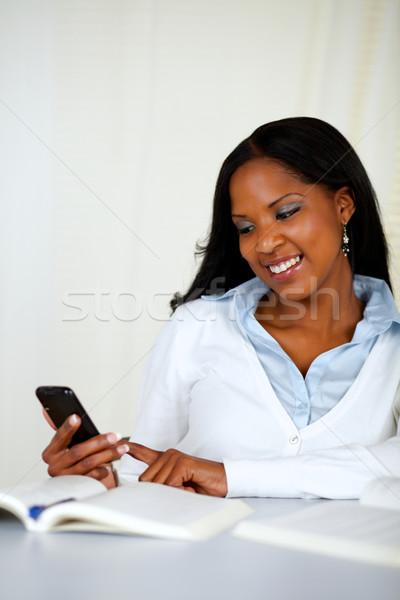 Csinos fiatal lány küldés sms mobil portré Stock fotó © pablocalvog