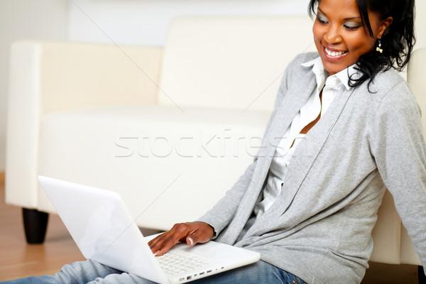 Kaygısız genç kadın dizüstü bilgisayar kullanıyorsanız portre oturma ev Stok fotoğraf © pablocalvog