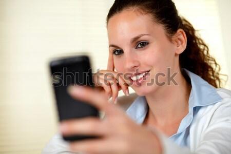 Jeune femme lecture un message maison chambre Photo stock © pablocalvog