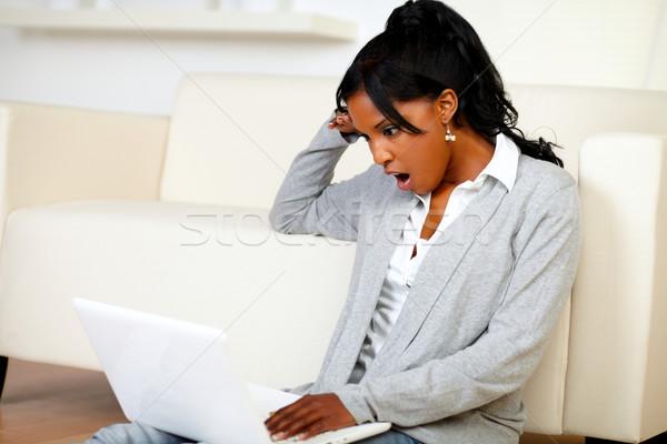Stockfoto: Verwonderd · jonge · vrouw · lezing · bericht · laptop · portret