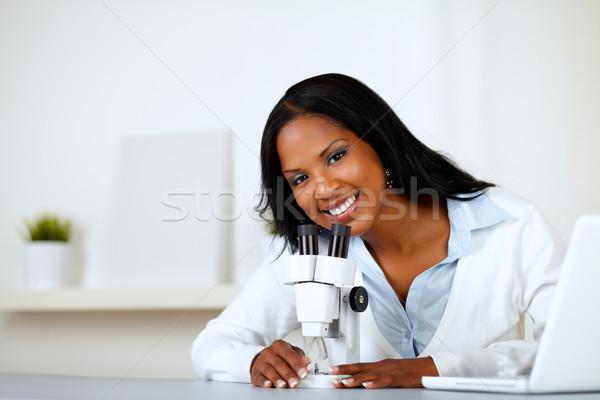 Сток-фото: очаровательный · молодые · женщины · микроскоп · портрет · глядя