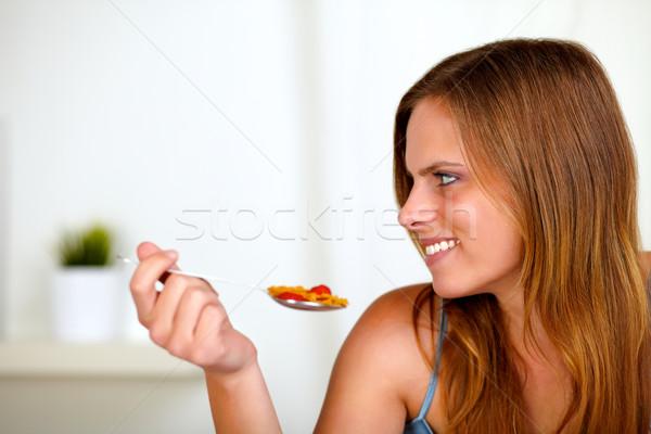 Bella donna bionda mangiare sano alimentare ritratto home Foto d'archivio © pablocalvog