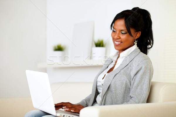 Stockfoto: Jonge · vrouw · internet · laptop · portret · vergadering · sofa
