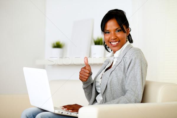 Pozitif kadın bakıyor portre çalışma dizüstü bilgisayar Stok fotoğraf © pablocalvog