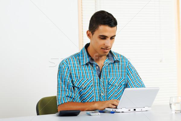 Сток-фото: молодым · человеком · используя · ноутбук · служба · бизнеса · компьютер · воды