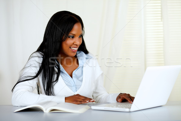 Сток-фото: американский · молодые · черную · женщину · рабочих · ноутбука · портрет