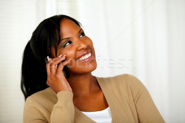 Stock fotó: Csinos · nő · felfelé · néz · beszél · mobiltelefon · portré · otthon
