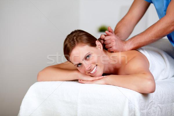 Jonge vrouwelijke Maakt een reservekopie massage masseuse portret Stockfoto © pablocalvog