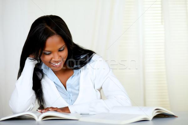 Belle femme noire souriant lecture livre portrait Photo stock © pablocalvog
