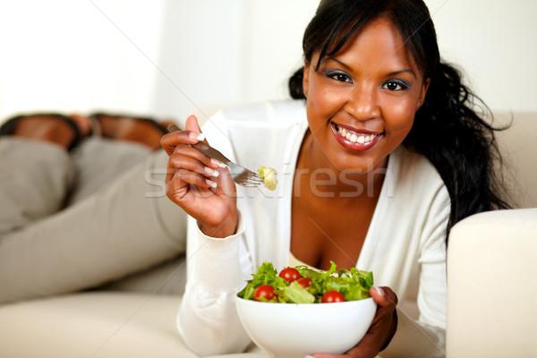 Stockfoto: Dame · sofa · eten · plantaardige · salade · portret