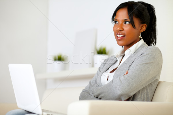 Stockfoto: Peinzend · jonge · vrouw · vergadering · sofa · laptop · portret